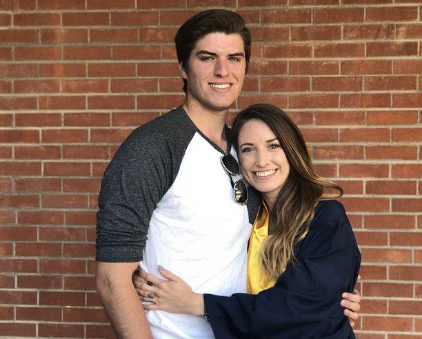 Poikaystävä Robbie lahjoittaa joka kuukausi 40 dollaria palkastaan tyttöystävänsä Kayleen leikkausrahastoon.