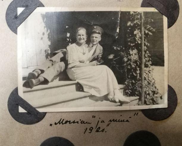 """Albumissa kuvan alla lukee """"Morsian ja minä 1920""""."""