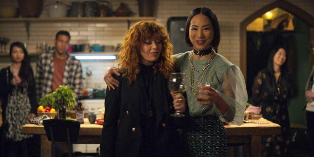 Natasha Lyonnen näyttelemä Nadia yrittää paeta omista 36-vuotisjuhlistaan, siinä kuitenkaan onnistumatta.