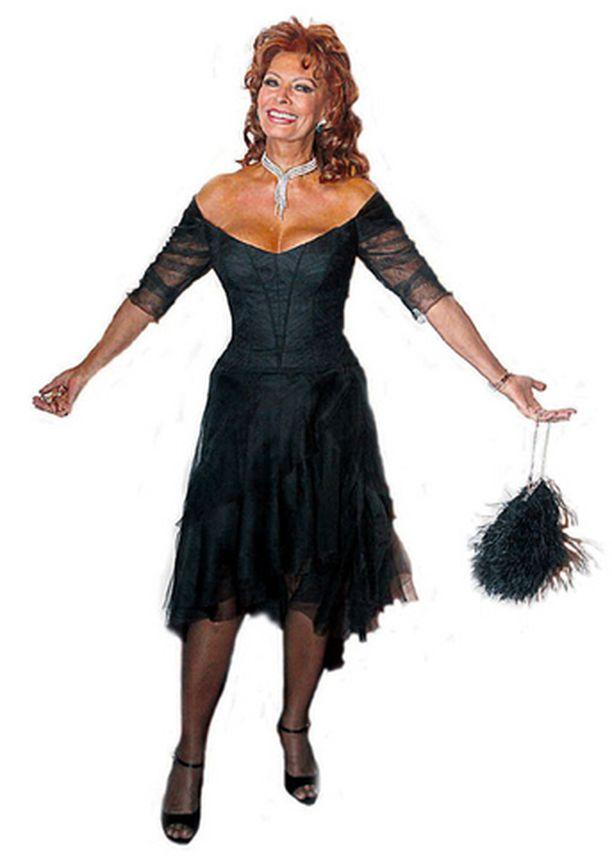 IKIKAUNIS 72-vuotias Sophia Loren ja pikkumusta eivät ole vuosien saatossa menettäneet hitustakaan lumovoimastaan.
