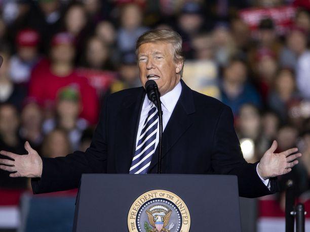 Trump puhumassa Make American Great Again -vaalitilaisuudessaan Missourin Columbiassa torstaina.
