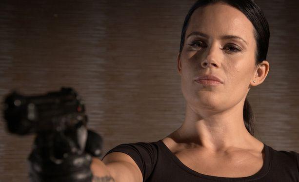 Martina Aitolehti nähdään sarjassa palkkamurhaaja Seireenin roolissa.