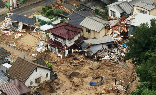 Japanissa muun muassa Hiroshimassa lukuisia koteja on tuhoutunut ennätysmäisten rankkasateiden aiheuttamissa tulvissa ja maanvyörymissä.