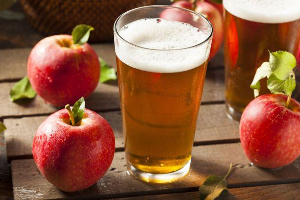 Omenat kannattaa syödä sellaisenaan, jos ajatellaan terveyshyötyjä. Kun omenoista tehdään alkoholijuomaa, mukaan tulevat etanolit haitat.