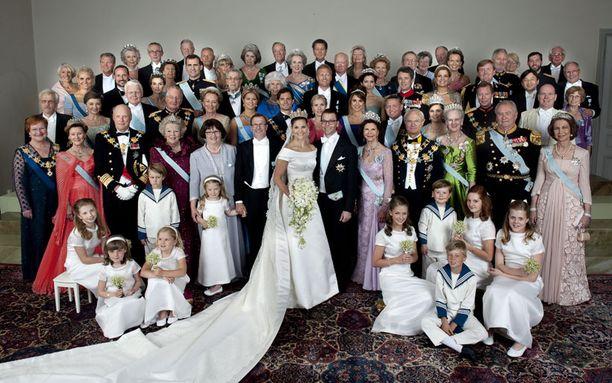 Kuninkaalliset kokoontuivat niin sanottuun perhevalokuvaan, johon pääsi myös presidentti Tarja Halonen (edessä vas.) puolisoineen. Klikkaamalla saat kuvan suuremmaksi.
