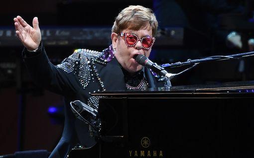 Elton John häkeltyi Ed Sheeranin synttärilahjasta – joutui piilottamaan rivon esineen lapsiltaan