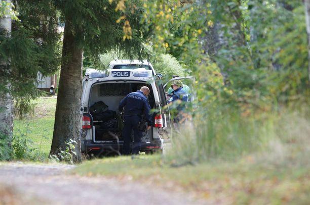 Poliisi tutki parin kotitaloa jo ennen epäillyn kiinniottoa.
