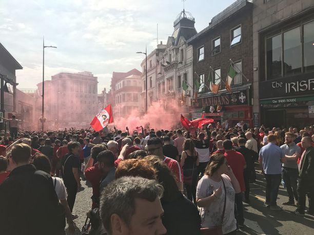 Liverpoolin kannattajia oli kokoontunut todella paljon jo tunteja ennen ottelua. Myös sää suosi, sillä aurinko paistoi ja lämpöä oli reilusti yli 20 astetta.