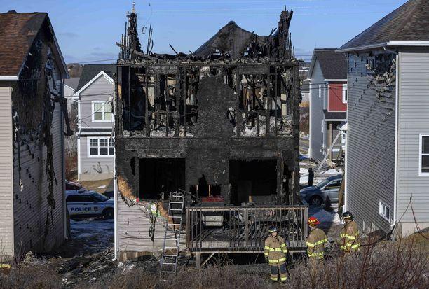 Talo tuhoutui asuinkelvottomaksi ja palo vahingoitti myös naapuritaloja.