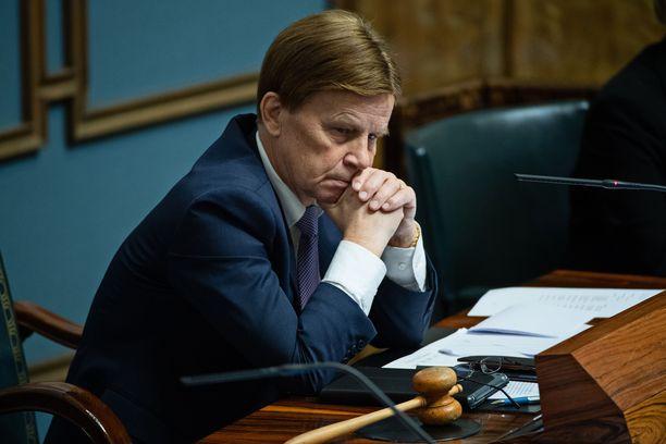 Varapuhemies Mauri Pekkarinen (kesk) mietteliään näköisenä eduskunnan puhemiehen korokkeella lokakuussa 2018, kun eduskunta keskusteli hallituksen tiedonannosta pienten yritysten työntekijöiden irtisanomissuojan heikentämiseksi.