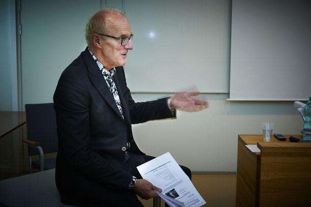 """""""Työnantajalla on valta valita työnantajaliittonsa ja siirtyä sopimussidonnaisuuden lakattua soveltamaan uuden liittonsa työehtosopimusta. Ammattiliitto yrittää väkisin pitää työnantajan jonkin sopimuksen piirissä"""", arvioi työoikeuden emeritus professori Seppo Koskinen."""