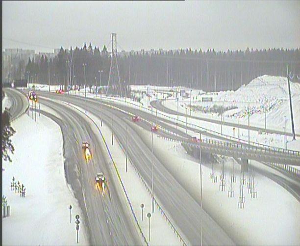 Myös Porvoonväylä sai osansa runsaasta lumipyrystä.