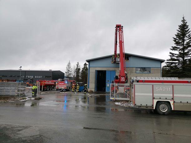 Rauman Hiojantiellä sijaitsevan teollisuushallin kattorakenteissa syttyi palo perjantaina.