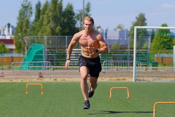 Kasper Björkqvist on pelannut viimeiset kolme kautta yliopistoliigassa Pohjois-Amerikassa. Pistemäärät ovat kasvaneet kausi kaudelta. Viime kaudella laituri iski 42 ottelussa tehot 17+13=30.