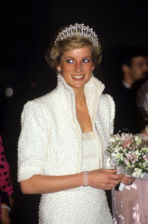 """Diana nimitti Catherine Walkerin suunnittelemaa helmisomisteisen boleron ja iltapuvun yhdistelmää """"Elvis-asukseen"""". Kuva vuodelta 1989."""