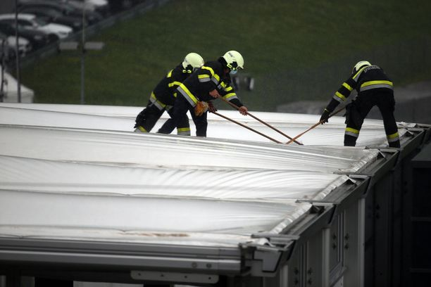 Spielbergin radan työntekijät joutuivat siivoamaan vettä pois tallien tilojen katolta lauantaina.