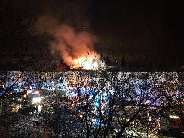 Tulipalo näytti voimakkaalta ulospäin. Palokunta sai sen aamuyöllä hallintaan.