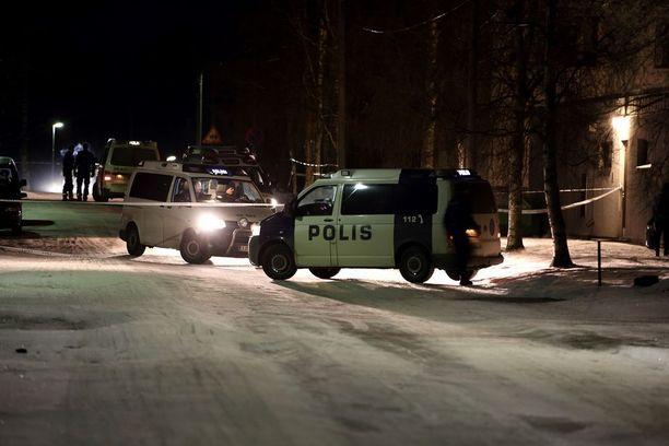 """Pietarsaaressa tutkitaan usean poliisipartion voimin henkirikosta. Poliisi tiedotti aiemmin, että """"vakavan rikoksen"""" tutkinta voi kestää useita tunteja."""