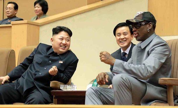 Koripallolegenda Dennis Rodman on tuttu näky Pohjois-Koreassa. Tässä hän on katselemassa yliopisto-ottelua Kim Jong-unin kanssa vuonna 2014.