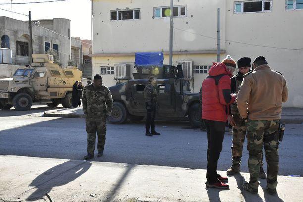 Irakin armeija on vastuussa vapautetun Itä-Mosulin turvallisuudesta. Se valvoo muun muassa siviilien liikkumista kysymällä henkilöllisyyspapereita.