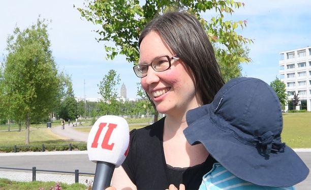 Tiina Myllärinen oli esikoisensa kanssa kotona esikouluun asti, ja hänen mukaansa se oli toimiva ratkaisu. Hän ja hänen miehensä tekivät sinä aikana freelancereina töitä.