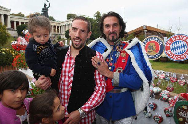 Franck Ribery ei muslimina maistakaan olutta, mutta kuvaan kuningas Ludvig toisen kanssa hän suostui mielellään.