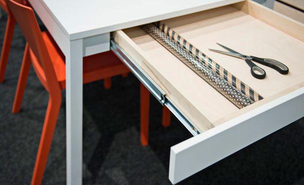 Tommi Vartiainen suunnitteli AVA Roomille pöydän, jonka päädyistä aukeavat laatikot tuovat mainiota säilytystilaa.