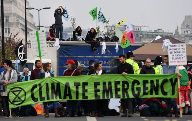 Kuluneen kevään aikana Extinction Rebellion on järjestänyt ympäri Iso-Britanniaa näyttäviä mielenosoituksia, joilla maan hallitusta patistetaan toimiin ilmastokriisin pysäyttämiseksi. Huhtikuussa ryhmän aktivistit kokoontuivat Waterloon sillalle Lontoossa.