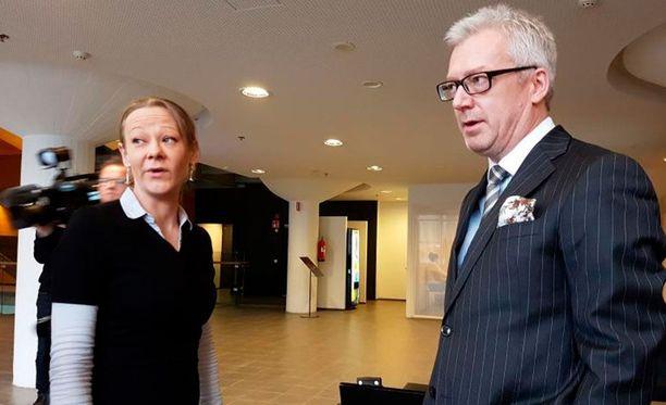 Toimittaja Laura Halminen ja hänen asianajajansa Kai Kotiranta Helsingin käräjäoikeudessa.