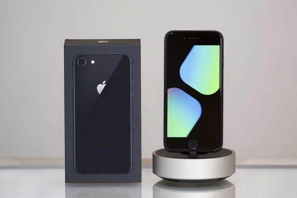 Uusi SE on ulkoisesti kuin kuvan Iphone 8 lasisine takapintoineen ja alumiinirunkoineen.