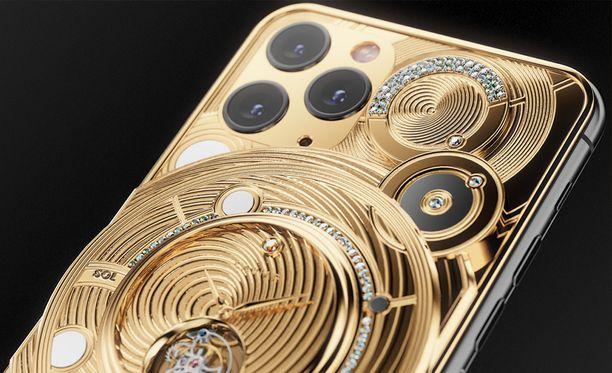 Takana olevasta kellosta löytyy keltainen timantti.