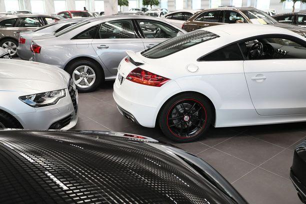 Autokauppa kävi kesällä kuumana. Kuvituskuva.
