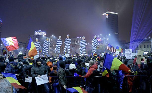 Sadattuhannet romanialaiset ovat osallistuneet viikon ajan mielenosoituksiin, jotka oli alun perin suunnattu hallituksen suunnittelemaa korruptiolakia vastaan.