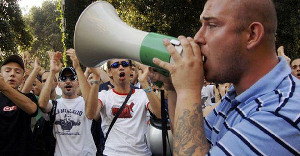 Lazio-kannattajat protestoivat Parco dei Principi -hotellin edustalla. Hotelli oli valittu tuomion julistamispaikaksi.