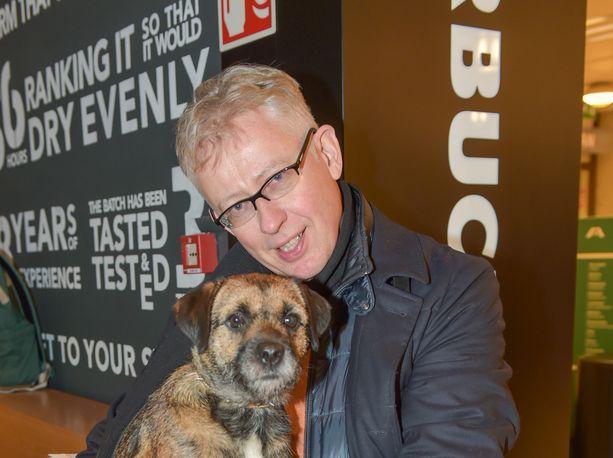 Pekka Pouta jekutti kollegaansa koiransa avulla.