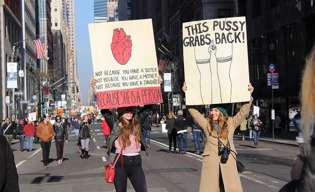 Seksuaalista häirintää vastaan mieltään osoittavia naisia New Yorkissa.