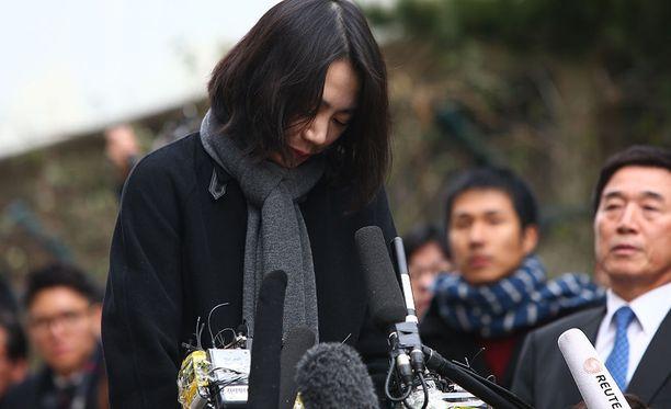 Korean Airin pomon Cho Yang Honin vanhin tytär Cho Hyun-Ah oikeudenkäynnissä vuonna 2015.
