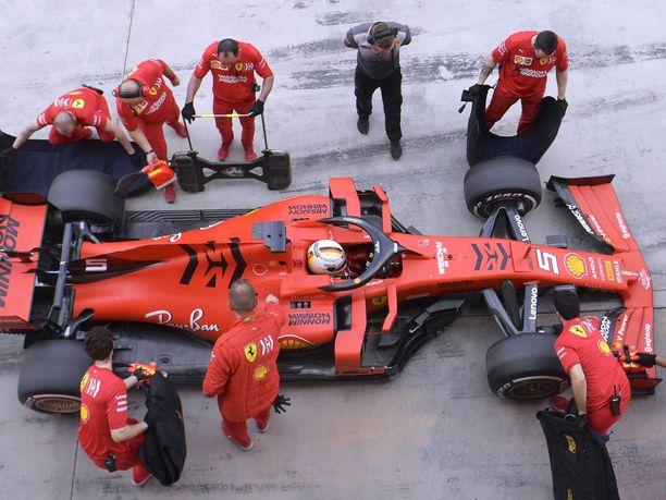 Ferrarin SF90-autosta uskotaan irtoavan enemmän potkua kuin kilpakumppaneiden menopeleistä.