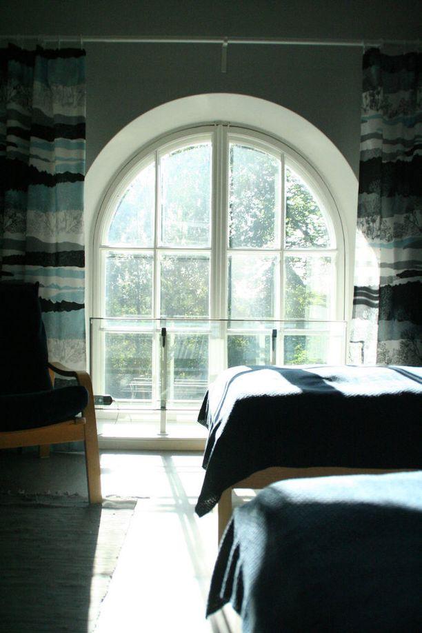 Kahden hengen Järvi-huoneessa on kaunis kaari-ikkuna.