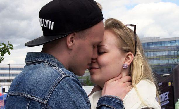 Oliver, 18 ja Linda, 20 tapasivat aikoinaan yökerhossa. He uppoutuivat romanttiseen suudelmaan Helsingin kesäisessä keskustassa.