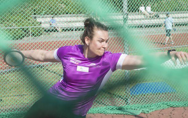 Tampereella asuva Sanna Kämäräinen palasi viime kauden jälkeen Anssi Mäkisen valmennukseen. Vuodet 2015–19 hän oli Frantz Krugerin opissa. Kiekonheittäjä on urallaan viidesti ylittänyt 60 metriä.