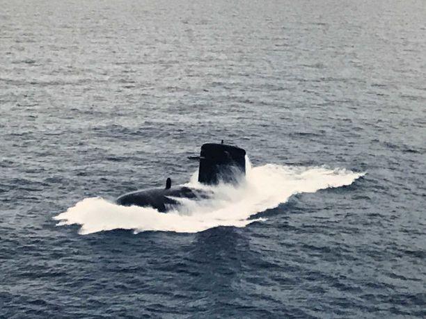 Elokuvassa Ranska lähettää ydinsukellusveneen Suomen avuksi.