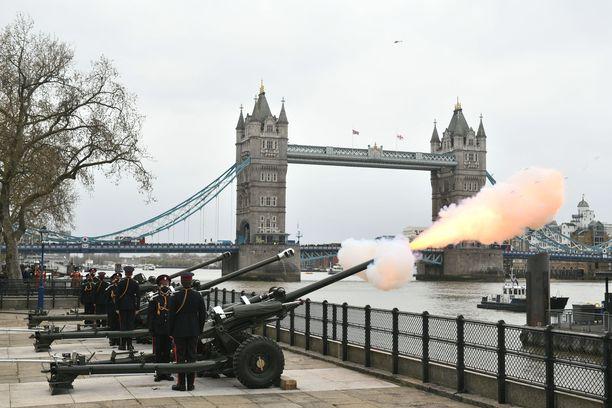 Tässä ammutaan kunnialaukauksia Towerin edustalla Lontoossa.