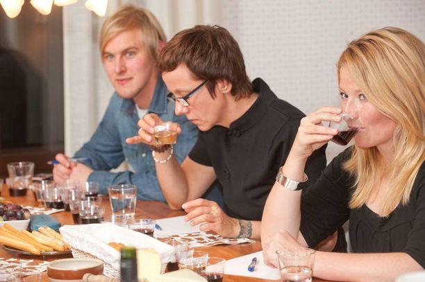 JOULUN MAUT Kymmenhenkisessä makuraadissa istuivat mm. Jukka Peltonen, Outi Alander ja Pauliina Ojala.