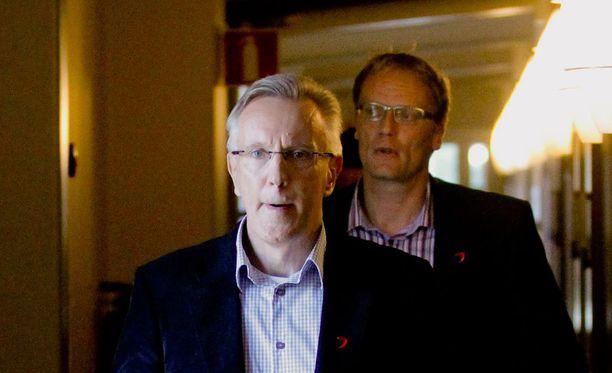 Kari Tyni lähtee JYPistä viimeistään kesällä. Taustalla seuran puheenjohtaja ja suuromistaja Jukka Seppänen.