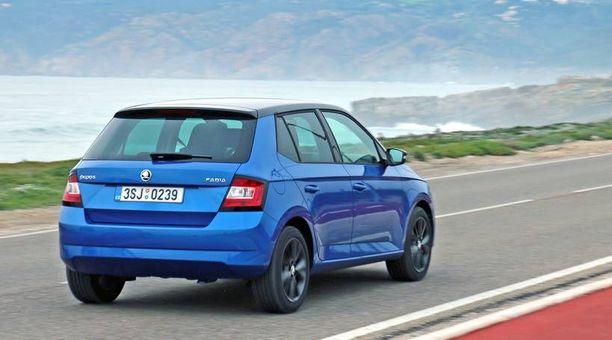 Škoda Fabia on yhä kulmikas takaa, mutta matalampi ja leveämpi.
