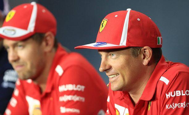 Kimi Räikkönen (oik.) ja Sebastian Vettel hallitsivat perjantain kakkostreeniä.