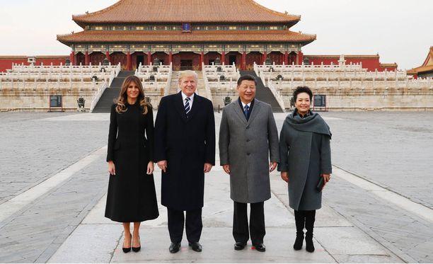 Melania Trump edusti hillityssä kokomustassa asussa Yhdysvaltojen ja Kiinan presidenttiparien virallisessa tapaamisessa Kiinassa.