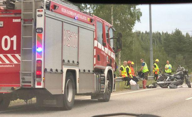 Keski-ikäinen moottoripyöräilijä loukkaantui törmäyksessä vakavasti ja kuoli onnettomuuspaikalla.