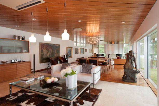 Helsingin ja samalla koko Suomen kallein asunto on arkkitehti Viljo Rewellin 1950-luvulla suunnittelema Lauttasaaressa sijaitseva talo. Merenrantakiinteistössä on tilaa 590,3 neliötä. Talon pyyntihinta on 12,5 miljoonaa euroa.